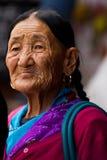 年长西藏夫人, Boudhanath寺庙,加德满都,尼泊尔 免版税图库摄影