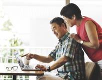年长资深夫妇计算机家概念 免版税库存照片