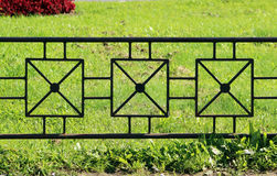 从长远看灰色金属篱芭作为背景和绿草 库存图片