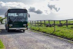 长野,日本- 6月17 :在乡下公路和beauti的绿色公共汽车 免版税库存图片