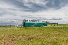 长野,日本- 6月17 :在乡下公路和beauti的绿色公共汽车 免版税库存照片
