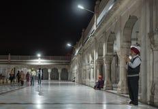 年长锡克教徒做一个祷告 免版税库存图片