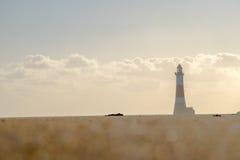 长,低角度射击了在bokeh作用沙子之外的灯塔 库存照片