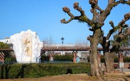 长崎和平庭院,与`和平`的大理石用中文,在1985年写作由前中国虎队姚总书记轰隆 库存照片