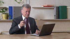 年长主任用途膝上型计算机在工作 股票视频