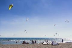 长滩的图片在kitesurfers黑山会议03- 免版税库存照片