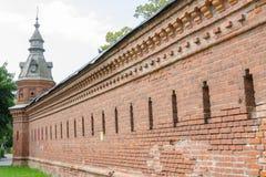 延长从的红色墙壁零售店pafnutevskigo庭院在三位一体St Sergius 免版税库存照片