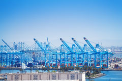 长滩运输和容器口岸与起重机 免版税库存照片