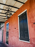 门、窗口、煤气灯和桃红色墙壁在法国街区Ne 库存图片