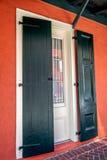 门、窗口和桃红色墙壁在法国街区新奥尔良 库存照片