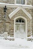 门中世纪塔林冬天 免版税库存照片