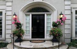 门典雅的花前面 免版税库存照片