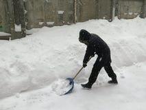 门卫 自然灾害冬天,飞雪,大雪麻痹了城市,崩溃 积雪旋风欧洲 库存照片