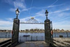 门向泰晤士河伦敦 库存图片