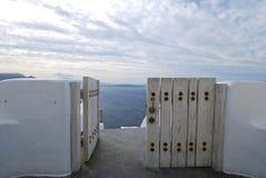 门向海在圣托里尼 库存照片