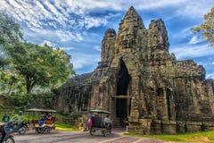 门向吴哥城由巨人形象排行了邪魔,吴哥,柬埔寨行  免版税图库摄影