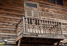 门和一个木大阳台 免版税库存照片