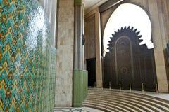 门和瓦片在哈桑二世国王清真寺,卡萨布兰卡 免版税库存照片