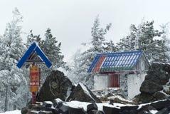 门和祷告在一间佛教徒修道院里在冬天风景的背景中打鼓 图库摄影