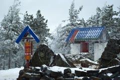 门和祷告在一间佛教徒修道院里在冬天风景的背景中打鼓 免版税图库摄影