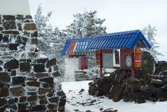 门和祷告在一间佛教徒修道院里在冬天风景的背景中打鼓 免版税库存图片