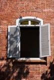 门和窗口前英国领事的住所在高雄,篱芭的台湾 免版税库存图片