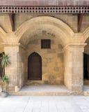 门和窗口在商队投宿的旅舍Bazaraa,开罗,埃及Wikala  库存图片