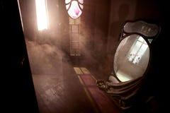 门和窗口在有大镜子的被放弃的房子里 库存照片