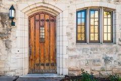 门和窗口在石门面 免版税库存照片