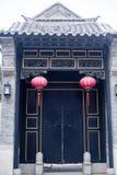 门和红色灯笼 库存图片
