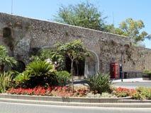 门和老墙壁直布罗陀 库存照片