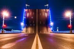 门和路有划分小条的,宫殿桥梁在晚上在圣彼德堡 库存图片