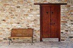 门和长凳 免版税库存照片