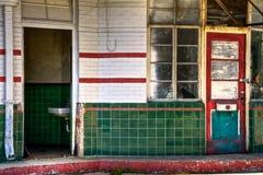 门和Windows在一个被放弃的加油站 免版税库存照片