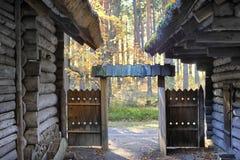 门在一个老房子里在秋天 免版税库存图片