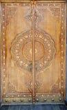 门在与被雕刻的花饰的传统乌兹别克人样式被做 库存照片