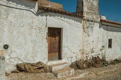 门在从Evoramonte街道的一个谦逊的房子里  免版税库存照片