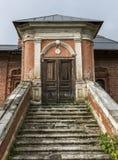 门在有梯子的一个老房子里 图库摄影