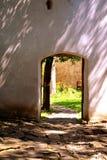 门在被加强的中世纪撒克逊人的教会里在Cinsor-Kleinschenk,锡比乌县 图库摄影