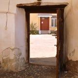 门在被加强的撒克逊人的中世纪教会Homorod,特兰西瓦尼亚里 库存照片