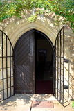 门在被加强的撒克逊人的中世纪教会Malancrav,特兰西瓦尼亚里 库存图片