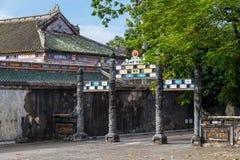 门在阮朝皇家王宫颜色的 免版税库存图片