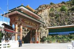 门在Paro和廷布(不丹)之间的路被建立了 库存图片