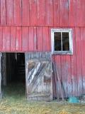 门开放在谷仓 免版税库存图片