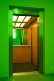 门开放电梯的推力 免版税库存照片