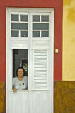 门开头的老巴西妇女 库存照片