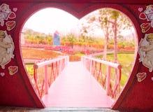 门心脏形状链接桥梁 免版税库存图片