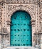 门或入口对卡哈马卡省秘鲁古老大教堂  免版税库存照片