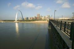 门户圣路易斯,日出的密苏里曲拱和地平线从桥梁在东部圣路易斯,密西西比河的伊利诺伊 免版税库存照片