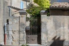 门户在中世纪小村庄,普罗旺斯 图库摄影